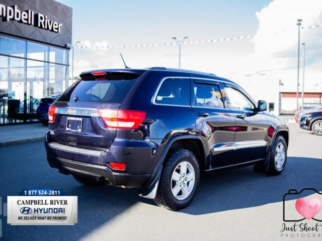 2011 Jeep Grand Cherokee LAREDO  Haul your Summer Toys!