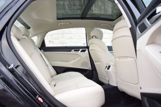 2015 Hyundai Genesis Sedan LUXURY    AWD   MOONROOF
