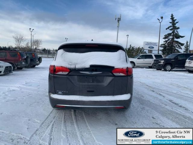 2017 Chrysler Pacifica Touring-L   LEATHER  NAV  8 SEATER  POWER DOORS  POWER LIFTGATE 