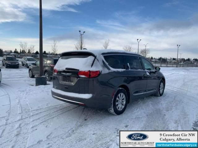 2017 Chrysler Pacifica Touring-L  |LEATHER| NAV| 8 SEATER| POWER DOORS| POWER LIFTGATE|